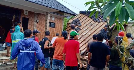 Puting Beliung Terjang Desa Titab, Putuskan Aliran Listrik dan Rusak Rumah Warga